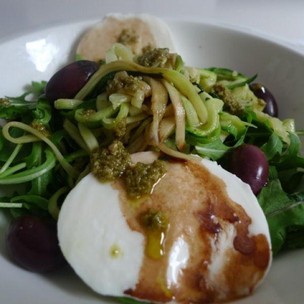 Ensalada de rúcola,spaguettini de calabacin, aceitunas kalamata , huevo duro y pesto de albahaca.