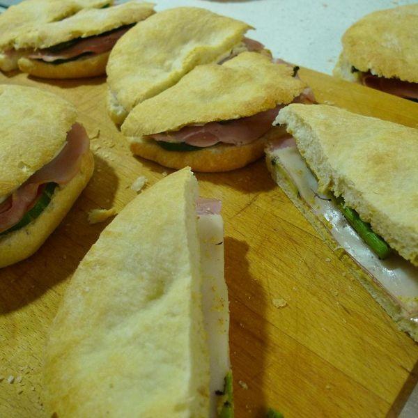 Focaccia con pavo en fiambre, espárragos, queso Havarti y mostaza.