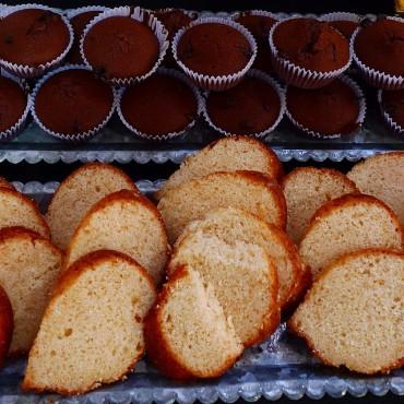 Muffins de chocolate negro y bizcocho de piña fresca.