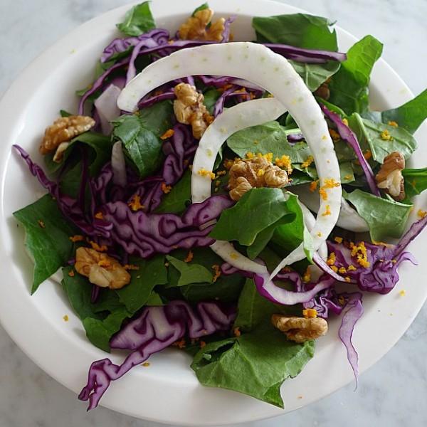 Ensalada de hojas de espinacas , lombarda, hinojo, nueces , con vinagreta de naranja.