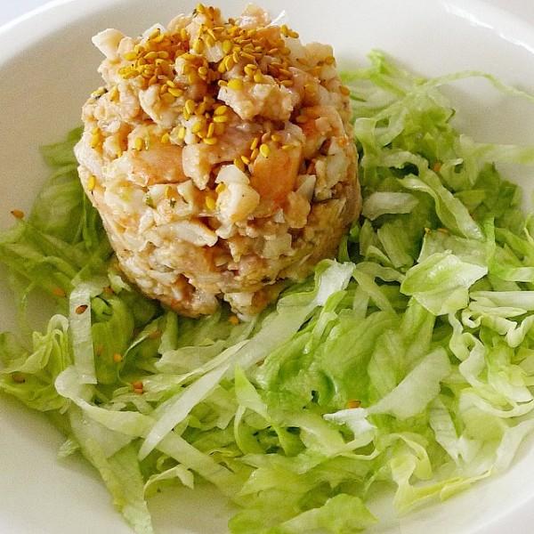 Tartar de salmón y langostinos aromatizados con coriander y top de sésamo dorado.