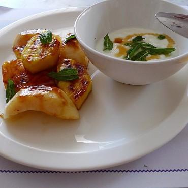 Piña y pera a la parrilla caramelizada con miel, acompañada de yogur griego los-fat con ralladura de jengibre y hojas de menta.