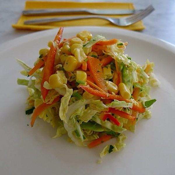 Pickel agridulce de repollo, maíz, pimiento rojo y verde, cebolleta dulce y perejil.
