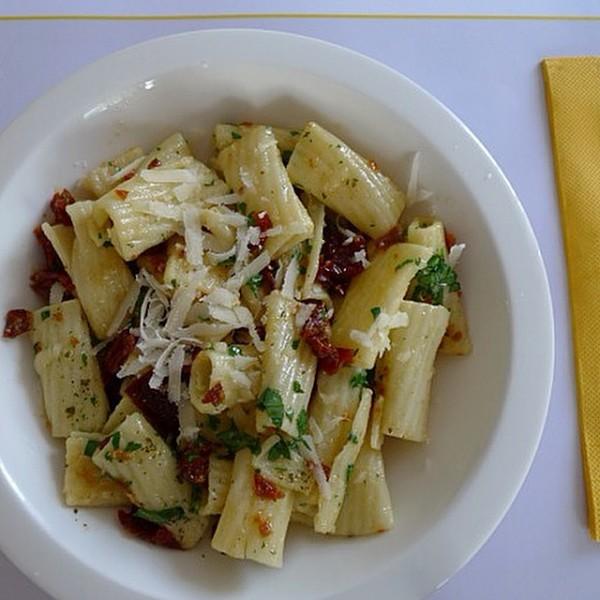 Pasta con queso mascarpone, tomate seco y vodka.