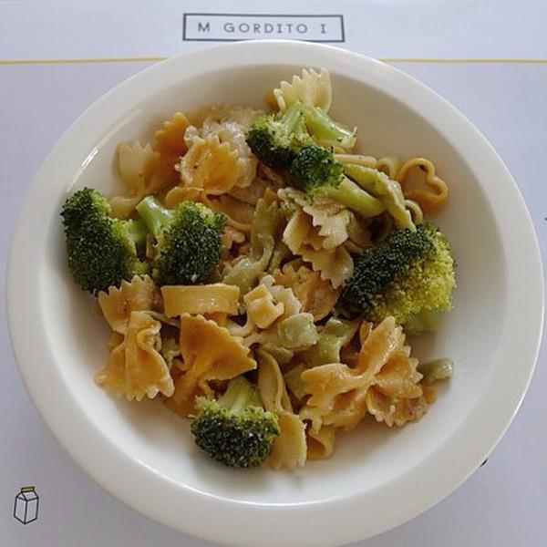 Farfalle con brócoli, aceite aromatizado con hierbas y queso manchego curado.