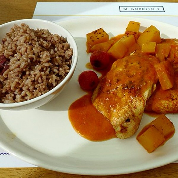 Pollo guisado con salsa de calabaza y tomate jardín acompañado de arroz cubano Congrí.