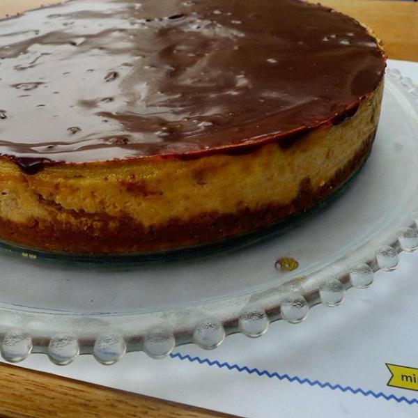 Tarta con piña fresca, queso crema, plátano, sobre un lecho de galleta molida con mantequilla.