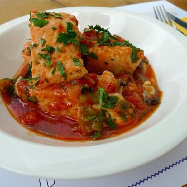 Salmón cocinado en salsa suave con berberechos.