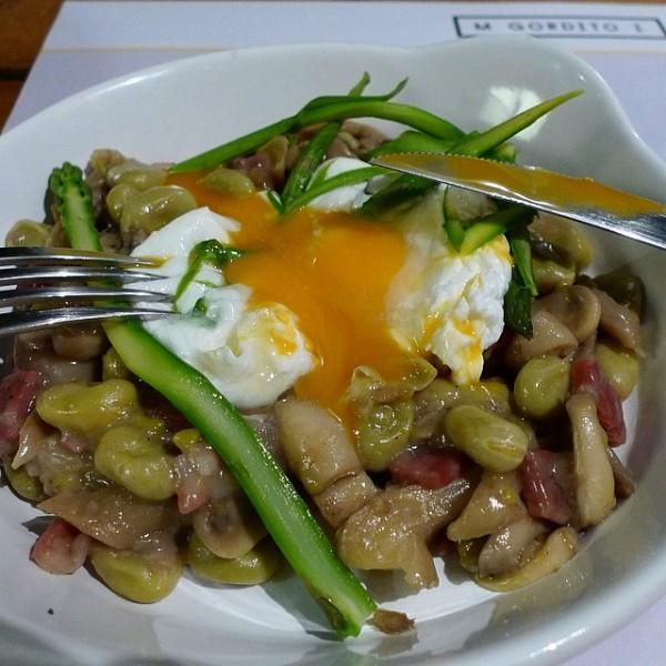 Habas estofadas , con jamón ibérico, hojas de menta, espárragos verdes y huevo pocheé