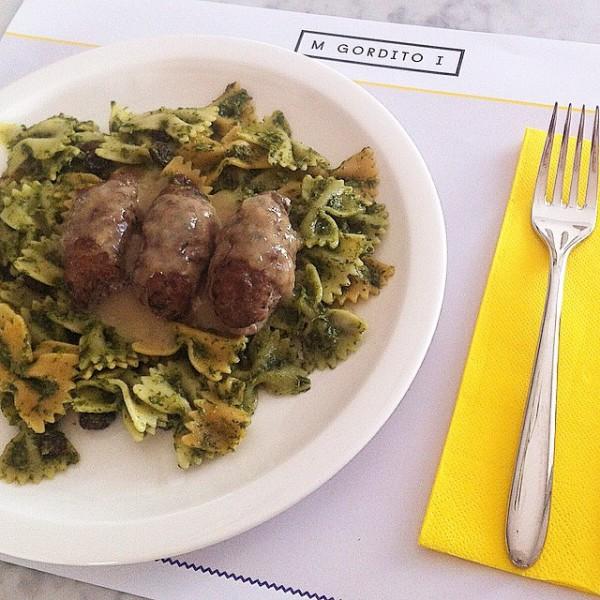 Albóndigas griegas de ternera rellenas de queso feta,en salsa corta de cebolla, con pasta farfalle con perejil y cilantro.