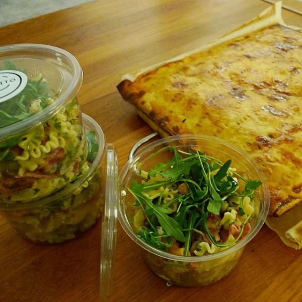 Ensalada de  pasta y rúcola con aliño de cilantro. Empanada de bacalao y pasas.