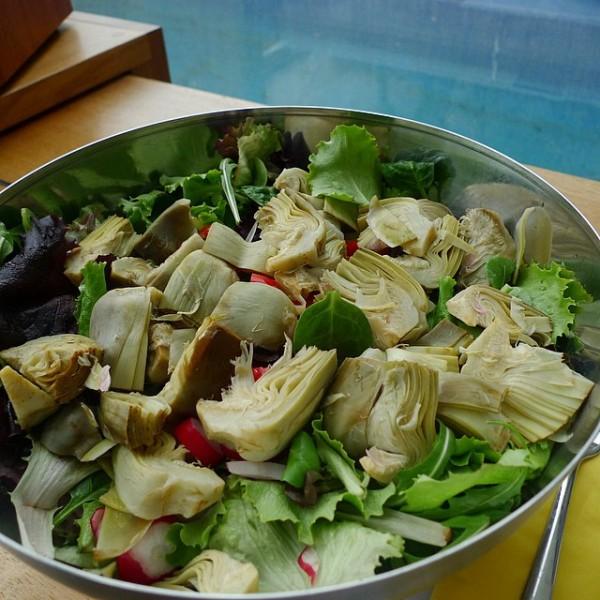 Ensalada de alcachofa, mezclum, tomatitos y con aliño de chipotle.