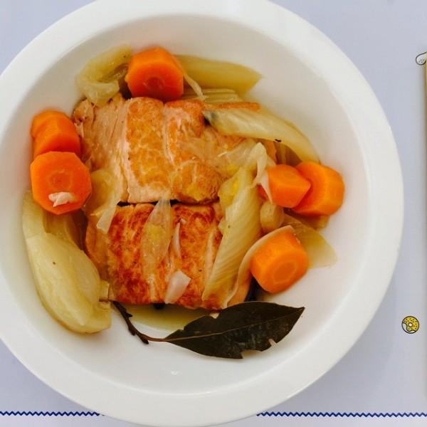 Escabeche de salmón fresco con verduras crujientes.
