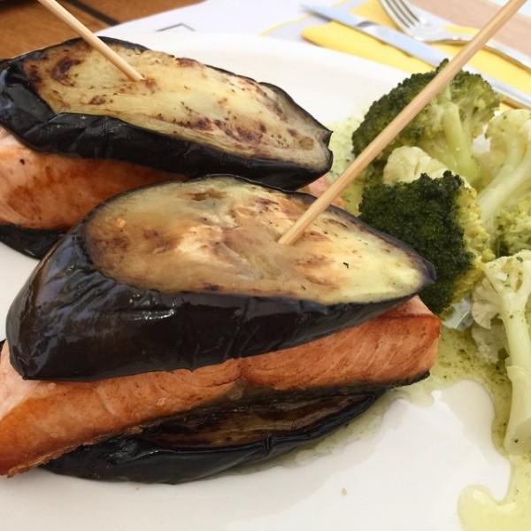 Salmón y berenjena asados, con guarnición de brócoli y pesto.