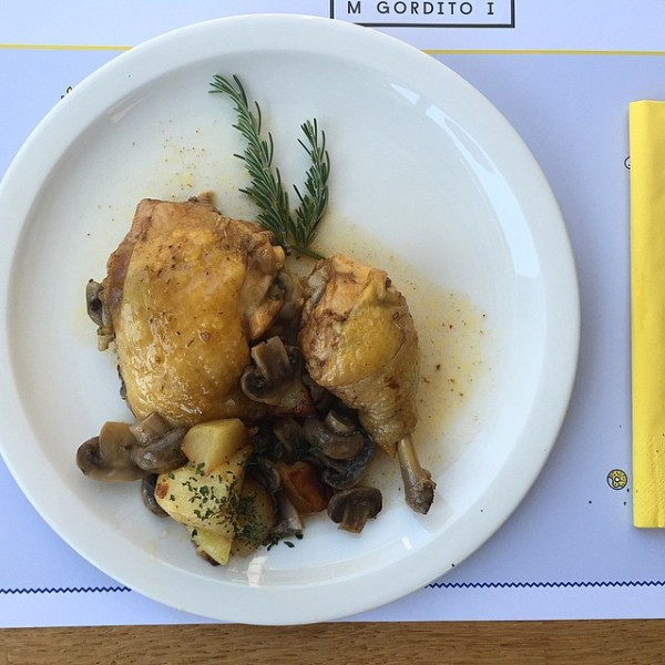 Pollo asado, con romero y champiñones.