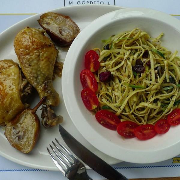 Pollo asado con peras, acompañado de espagueti de calabacín, tomate cherry, pasas y frutos secos.