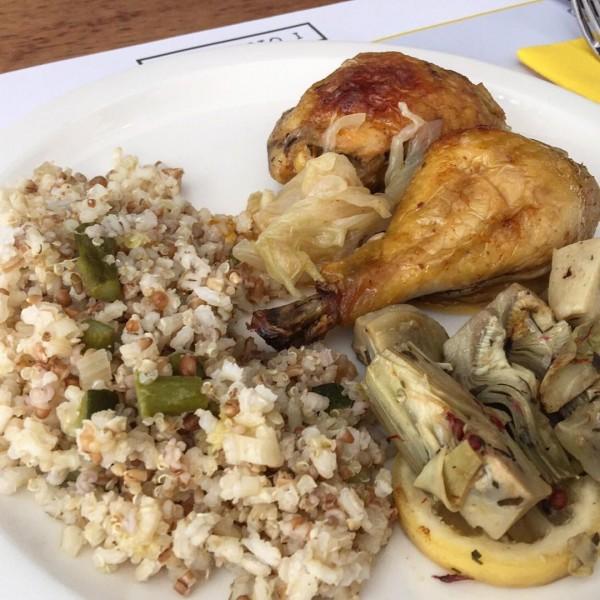Pollo asado con cebolla tierna, guarnición de cebolla del Prat con pimienta rosa, y arroz integral con quunoa y ajos.