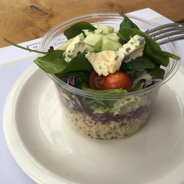 Ensalada con quinoa, hoja de espinaca,  mezclum, pepino  y queso azul, acompañado de vinagreta de mostaza.