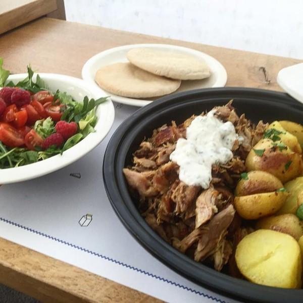 Cordero Chermoula en tajine, con especias ras-el-hanout, mini patatas asadas,  ensalada de rúcola, yogur fresco aromatizado con cebollino.