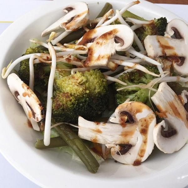 Ensalada con brócoli, judia verde, mezclum, brotes de soja y champiñón, aderezado con vinagreta de sésamo.