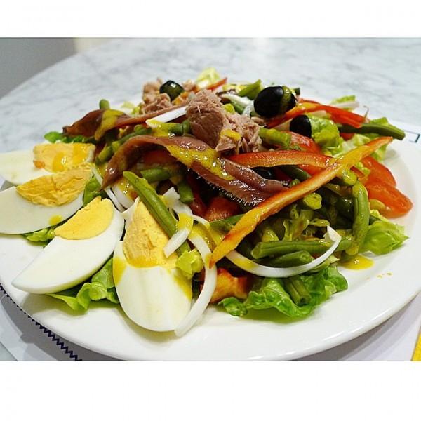 Ensalada libanesa Fatush, con zanahoria , pepino, cebolla, tomate, perejil, mini hojas de espinacas, aliñada con  limón y aceite de oliva.