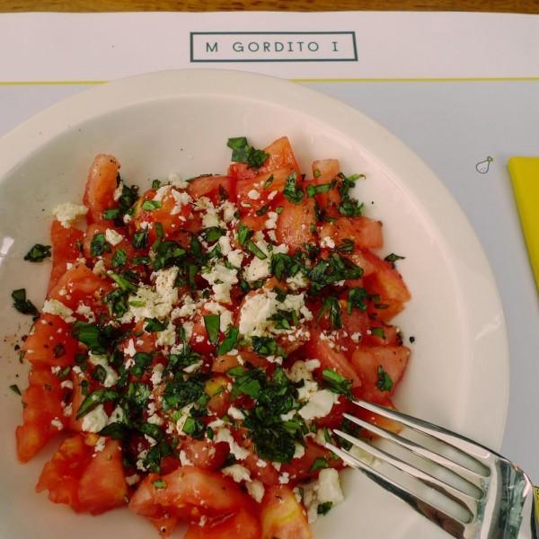 Ensalada de tomate pelado,queso feta,albahaca y vinagreta de miel.