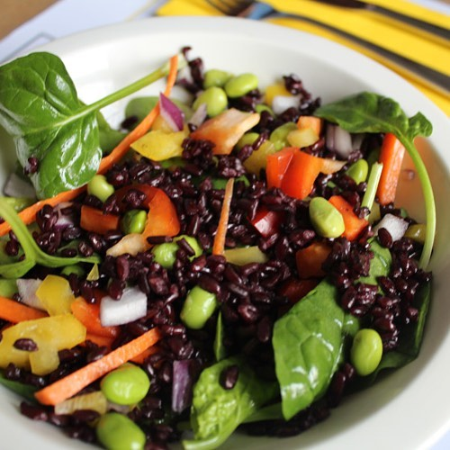 arroz negro italiano con pimiento rojo, pimiento amarillo, edamame, zanahoria en tiras, espinacas baby y hojas de cilantro.
