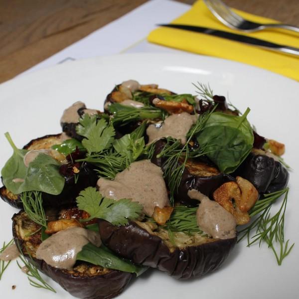 Ensalada de berenjenas con eneldo, albahaca y estragón, con salsa de ajo negro, limón y yogur griego.
