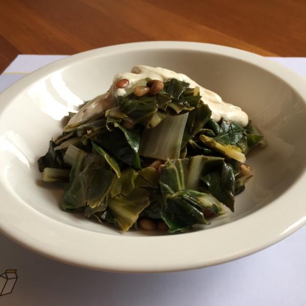 Acelgas rehogadas con vino blanco y piñones,  con top de yogur y tahina.